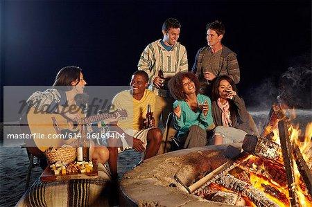 Strand mit Freunden feiern in der Nacht