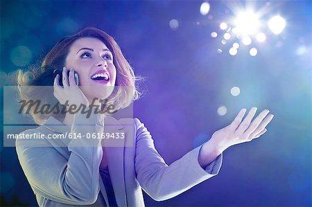 Junge Frau am Handy, blickte zu leuchten