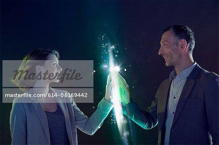 Gens d'affaires connectés par l'intermédiaire de lumière