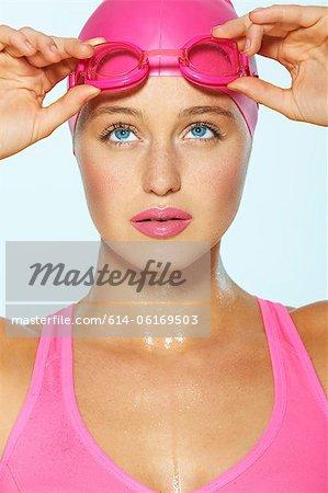 Nageuse avec lunettes roses et le cap