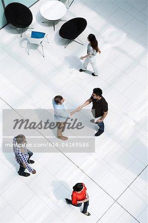 Hommes serrant la main sur le grand hall