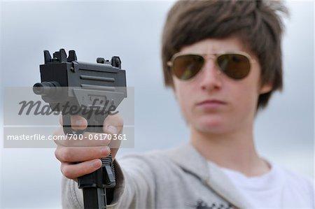 Garçon visant pistolet