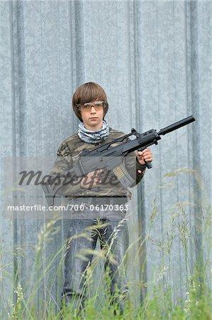 Portrait de garçon avec fusil