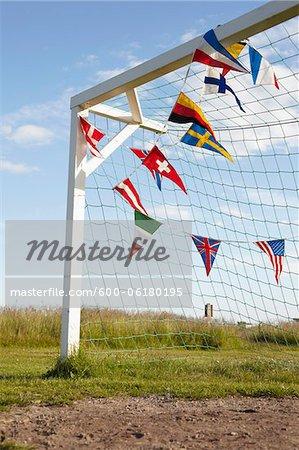Fußball-Net und Pendelleuchten-Flags, Lysekil, Vastra Gotaland County, Bohuslän, Gotaland, Schweden