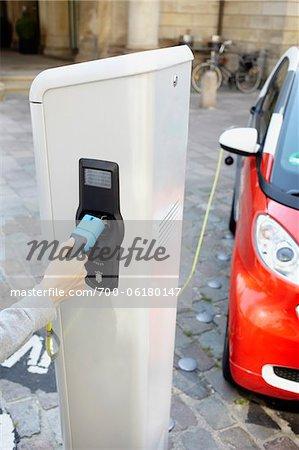 Frau einstecken Elektroauto
