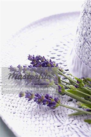 Chapeau et fleurs de lavande
