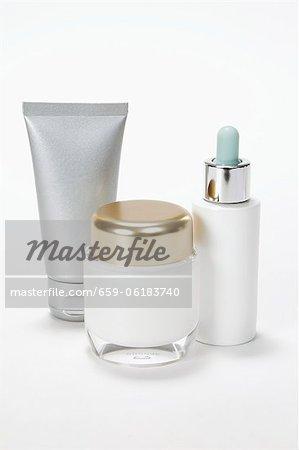 Un pot de cosmétique, tube et une bouteille de chute