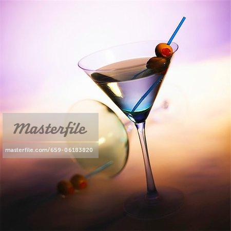 Vodka Martini aux Olives ; À bout de verre à Martini en arrière-plan