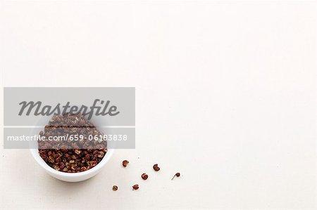 Un bol de grains de poivre du Sichuan