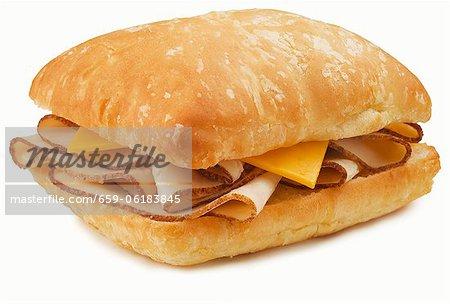 Brathähnchen und Käsebrot auf knusprigem Brot