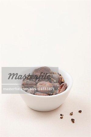 Un bol de graines de cardamome