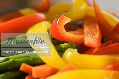Gelbe und Orange Paprika mit Spargel geschnitten