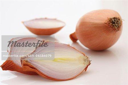 Zwiebeln, ganze und geschnittene