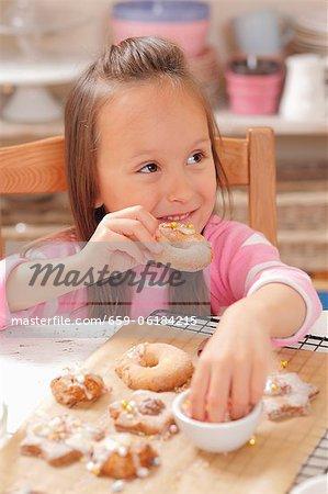 Eine Mädchen, das Essen frisch gebackene Weihnachten Gebäck