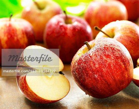 Frisch gewaschen, rote Äpfel, ganze und halbierte