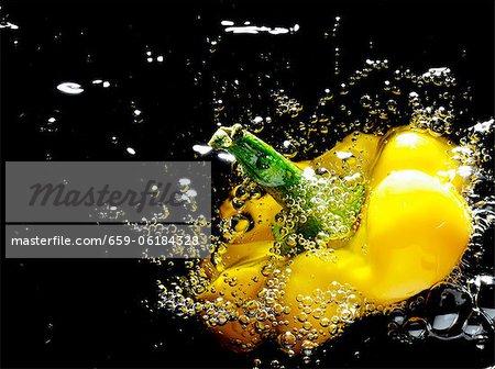 Une tranche de poivrons dans l'huile chaude