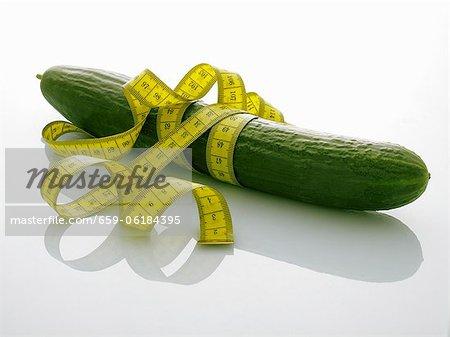 Un concombre avec un ruban à mesurer