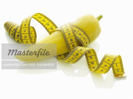 Un poivre pointu avec un ruban à mesurer