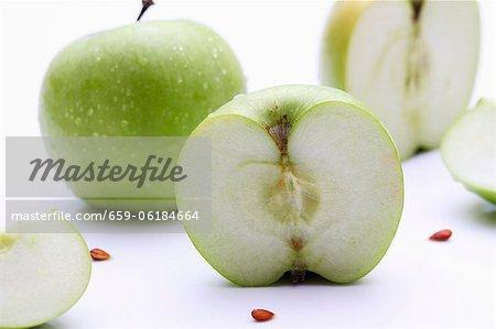 Pommes Granny Smith, entières ou coupées en deux