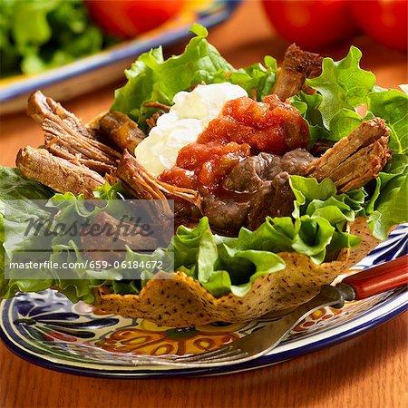 Tostada de bœuf rôti avec Salsa et crème sûre