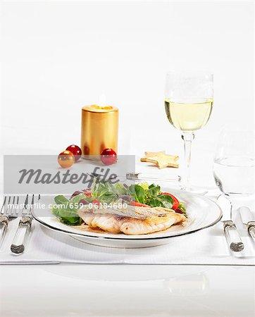 Filet de vivaneau rouge sur une salade d'hiver avec une vinaigrette balsamique