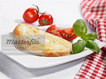 Fromage sur pain aux tomates et basilic