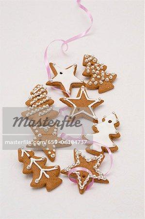 Biscuits de pain d'épice glace sucre et ruban de perles