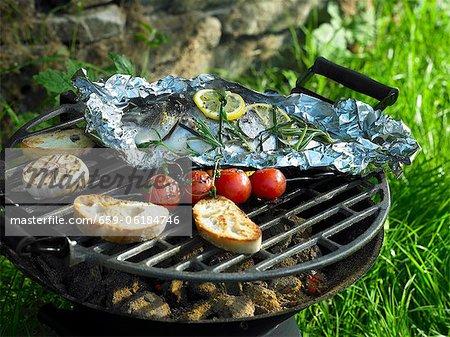 Papillote de dorade sur un barbecue