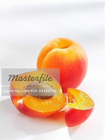 Aprikosen (ganz, halbiert und in Scheiben geschnitten)