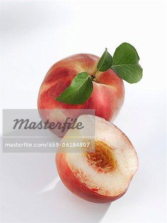 White-Flesh, ganze und halbierte Pfirsiche