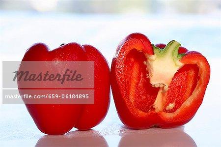 Eine ganze und eine halbe rote Paprika