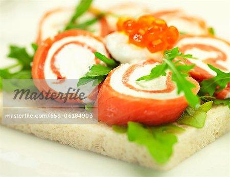 Geräucherter Lachse Brötchen mit Frischkäse und Kaviar