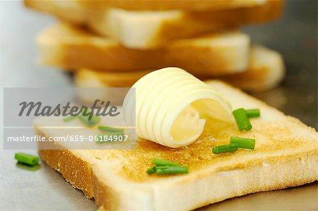 Toast mit Butter und Schnittlauch ein curl