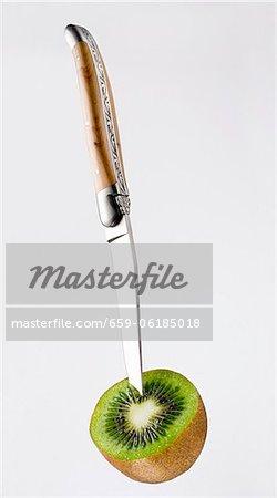Messer stecken in die Hälfte eine Kiwi-Frucht