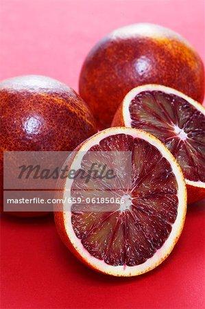 Orange sanguine, entières ou coupées en deux