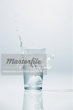 Eiswürfel ins Glas Wodka
