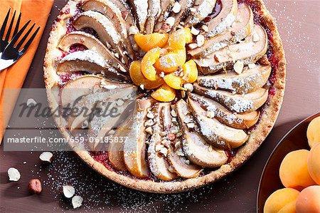 Un gâteau de poire et d'abricot