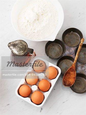 Mehl, Eier, Ahornsirup und eine Backform
