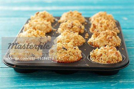 Muffins pommes garnies de noix s'écrouler dans un moule à muffins