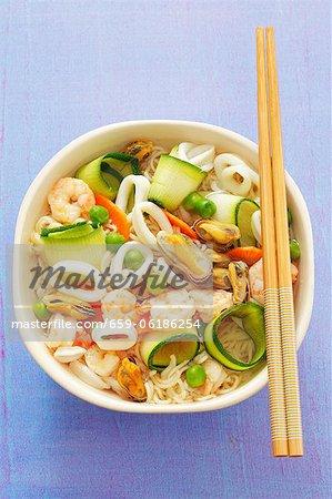 Nudelsuppe mit Garnelen, Tintenfische, Muscheln und Zucchini (Asien)