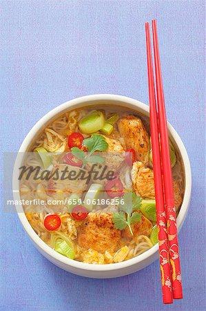 Soupe de nouilles épicées avec poulet, de fuite, de piments et de coriandre (Asie)