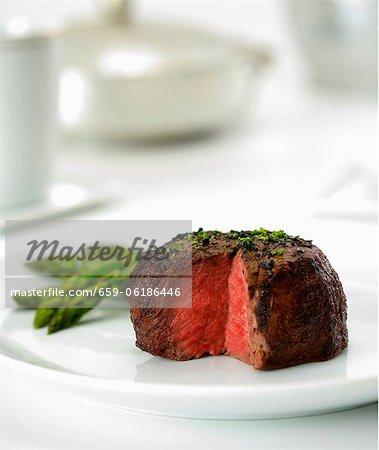 Filet de boeuf cuit Rare avec tranche supprimée ; Servi avec des asperges