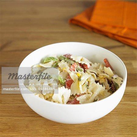 Land Chicken Pasta-Salat mit Mais und Paprika
