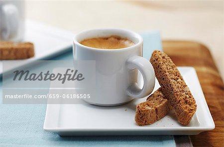 Tasse d'Espresso avec Biscotti