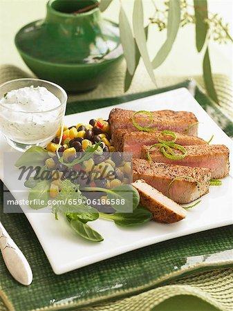Porc tranché avec salade de maïs et de haricots noirs