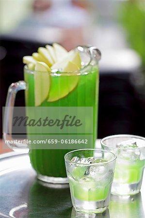 Vodka pomme verte dans un pot de verre