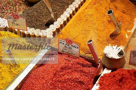 Verschiedene Gewürze auf einem türkischen Markt