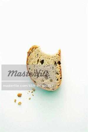 Un morceau de pain de seigle avec une morsure souscrite