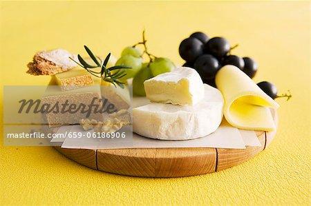 Un plateau de fromage avec raisins et noix