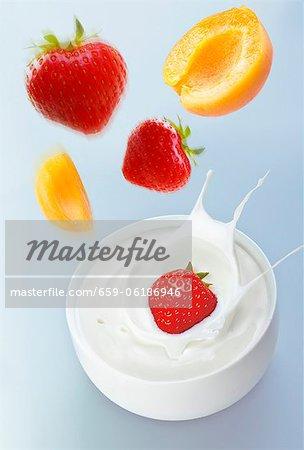Abricots et fraises au-dedans d'yogourt